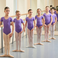 Canva - Children at classical ballet les