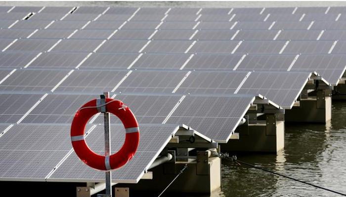 Вид плавучей солнечной электростанция в Веце: 90 понтонов и 2000 панелей