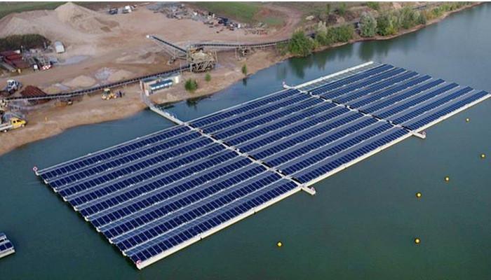 Плавучая солнечная электростанция в карьерном озере в немецком городе Веце