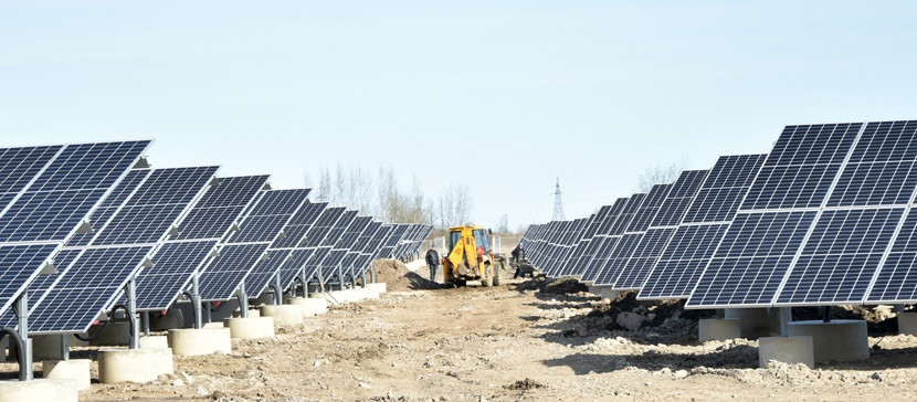 Один из двух парков солнечных панелей солнечной электростанции в Нарвском промпарке.