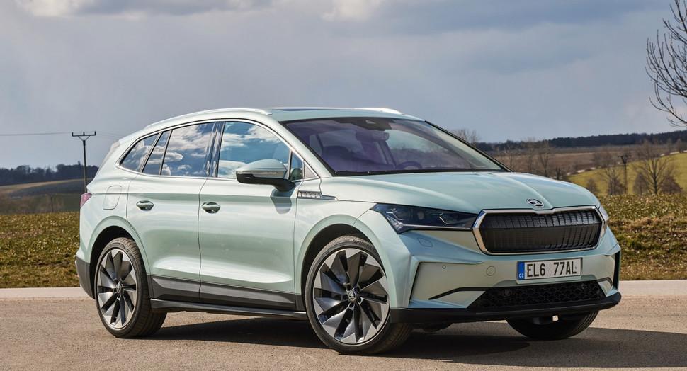 Eficiente, emotivo e eletrizante: é com esta definição que a Skoda assinala a chegada a Portugal do seu SUV 100% elétrico Enyaq iV, que é também o primeiro automóvel de produção da marca checa construído com base na plataforma modular MEB do Grupo Volkswagen. O mais recente modelo elétrico no mercado nacional está disponível em 3 versões, diferenciadas pela capacidade da bateria – 55, 62 e 82 kWh –, anunciando potências até 204 cv e autonomia WLTP entre 355 e 537 km, além de carregamento rápido até 125 kW. Quanto a preços, o Enyaq iV custa entre nós desde 35.813€, um valor que irá seguramente reforçar os atributos deste SUV elétrico cujo lançamento representa para a Škoda o maior passo em frente na sua estratégia de eletromobilidade...