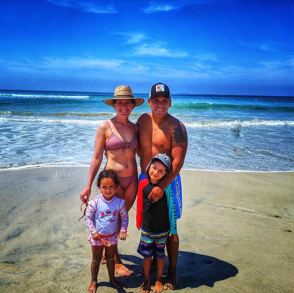 family on the beach, familia en la playa