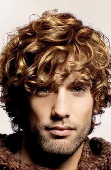 I capelli ricci sono il vero trend di stagione. Lasciateli crescere, vi caratterizzerà e vi renderà unici