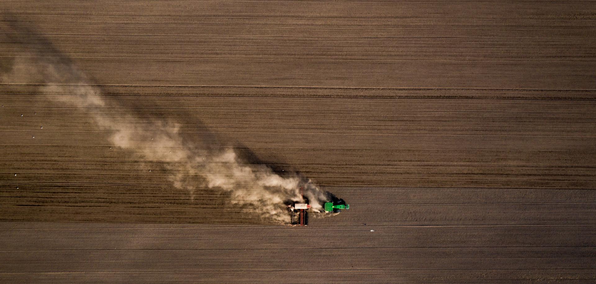 Luftbild Trockenheit _ Traktor _ Landwir