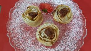 עוגת פרחי תפוחים ממולאים בריבת תפוחים