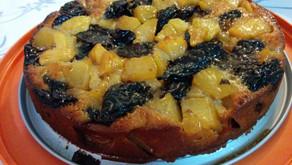 עוגת תפוחים ושזיפים על בסיס בצק מקמח שקדים