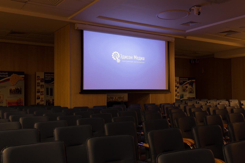 Проектор в конференц-зале