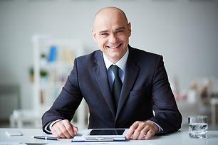 sorrindo-homem-de-negocios-com-tabuleta-