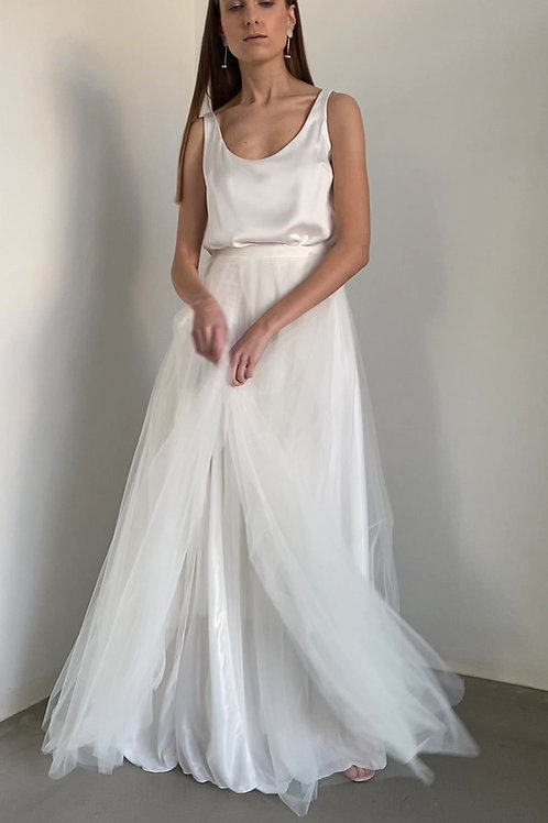 Dvoudílné šaty s bohatou tylovou sukní s rozparkem