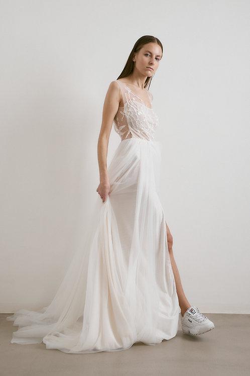 Tylové, bohatě nadýchané šaty s odhalenými zády