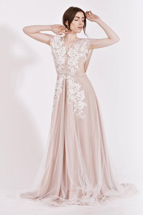 Pudrové šaty v bohémském stylu