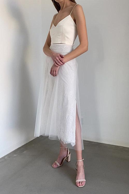 Krátké svatební šaty s krajkovou sukní a hedvábným topem