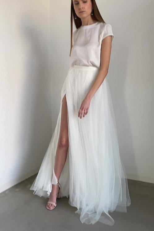 Minimalistické svatební šaty s hedvábným tričkem a bohatou tylovou sukní