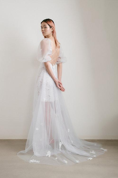 Jemné tylové šaty s krajkovou spodničkou (kolekce 2021)