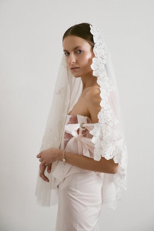 Tradiční svatební závoj s květinovou bordurou