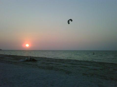 Kite boarding al atardecer en Río Lagartos
