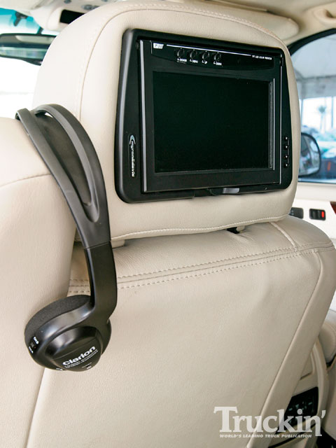 0903tr_04_z+2002_cadillac_escalade_ext+headrest_monitor.jpg