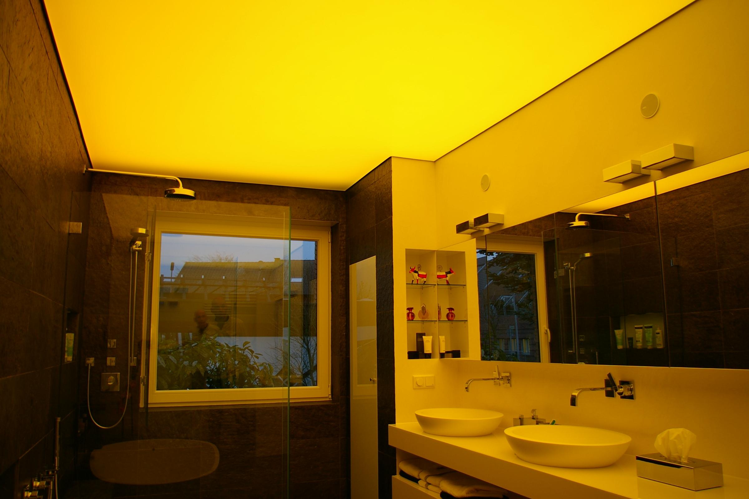 Badezimmer mit Lichtdecke -