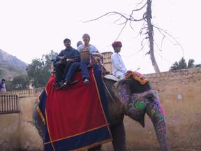 Allam und Haushälterin auf einem Elefanten