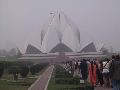 Menschenschlange vor dem Lotustempel