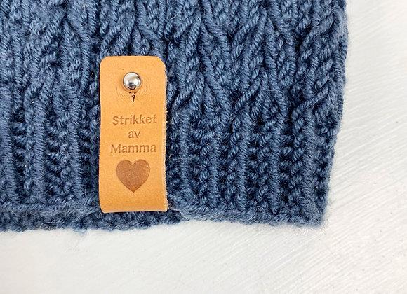 """Avtakbar skinnlapp med """"strikket av mamma"""""""