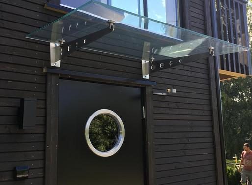 Glasstak over døren