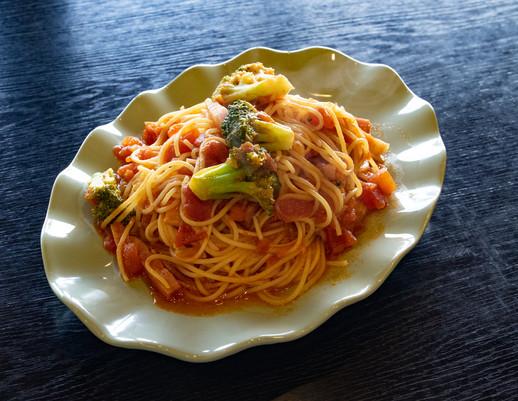 ベーコンと季節の野菜のトマトソースパスタ