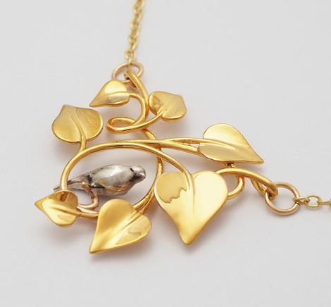 Dove Embraced, Gold-closeup