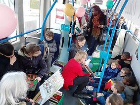 Lecture d'histoires dans un bus