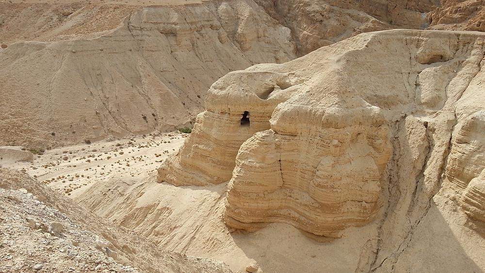 Qumran befindet sich ungefähr am nordwestlichen Ufer des Toten Meeres in der Judäischen Wüste und liegt zwischen Jerusalem und den großen Stränden am Toten Meer  nicht weit von Ein Gedi und Masada entfernt. Von vielen Gästen übersehen, erzählt Qumran eine interessante historische Geschichte und bietet einige außergewöhnliche Möglichkeiten für Abenteuersportarten.