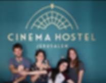 """Das Cinema Hostel Jerusalem befindet sich in Jerusalem und ist nur 2,7 km von der Klagemauer entfernt.   Es bietet eine Bar, Nichtraucherzimmer, kostenfreies WLAN und eine Gemeinschaftslounge. Die Unterkunft befindet sich rund 3,1 km von der Kirche aller Völker, 3,1 km vom Garten von Gethsemane und 3,1 km vom Felsendom entfernt.     Die Unterkunft verfügt über eine 24-Stunden-Rezeption und eine Gemeinschaftsküche.Ein Frühstücksbuffet wird täglich im Hostel angeboten.Das Cinema Hostel Jerusalem verfügt über eine Terrasse.    Das Holyland Model of Jerusalem liegt 5,8 km von der Unterkunft entfernt und das Einkaufszentrum Mamilla Open erreichen Sie nach einem 11-minütigen Spaziergang. Der nächstgelegene Flughafen ist der Flughafen Ben Gurion in 53,1 km Entfernung vom Cinema Hostel Jerusalem.  Laut unabhängiger Bewertungen ist dies der beliebteste Teil Jerusalems für unsere Gäste.    Die Gäste des Cinema Hostel Jerusalem meinen:    Ich liebe das Thema """"Kino"""", wie ordentlich und sauber"""