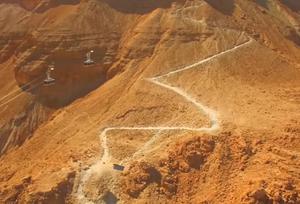 """Dieser Berg ist eine der großartigsten archäologischen Stätten in Israel und vielleicht sogar auf der ganzen Welt. Du kannst mit der Seilbahn in wenigen Minuten oder über den """"Schlangenpfad"""" hinaufwandern."""