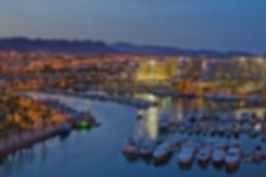 Zweifellos ist Eilat eine der einzigartigsten Städte in Israel und eines der exklusivsten Resorts der Welt, das jährlich bis zu 2,8 Millionen Besucher anzieht.Die Stadt beherbergt eine Vielzahl von Hotels, Restaurants, Einkaufszentren, Bars und Clubs. Es bietet eine Vielzahl von Attraktionen für alle Arten von Urlaubern.