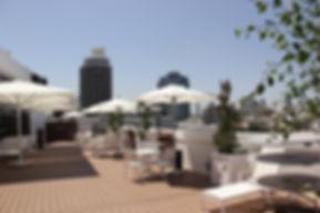 Im Herzen von Dizengoff, einem der berühmtesten Viertel von Tel Aviv, erwartet Sie das Cinema Hotel in einem authentischen Bauhausgebäude aus den 1930er Jahren. Das Hotel war einst eines der ersten Tel Aviv-Kinos, Esther Cinema genannt, und bis heute spiegelt es die Nostalgie einer vergangenen Ära wider, in der Original-Erinnerungsstücke aus dem Theater die Geschichten klassischer Filme zeigen.                                    Tauchen Sie ein in die einzigartige Atmosphäre, indem Sie eine unserer Filmvorführungen besuchen oder auf unserer großen Dachterrasse entspannen, wo abends Erfrischungen serviert werden. 83 geräumige Zimmer wurden stilvoll für Ihren Komfort und Genuss entworfen                                        Unterkunft ist 9 Gehminuten vom Strand entfernt. Das Cinema Hotel begrüßt Sie in einem eleganten Gebäude im Bauhaus-Stil und bietet Blick auf den Platz Dizengoff in Tel Aviv.                                          Von der Dachterrasse genießen Sie ein