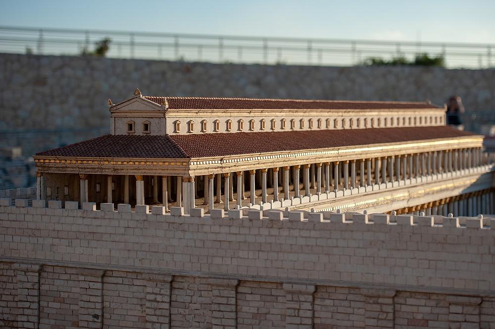 Daneben befindet sich ein detailgetreues Modell von Jerusalem aus der Zeit des Zweiten Tempels, das die Topographie und den architektonischen Charakter der Stadt so rekonstruiert, wie sie vor ihrer Zerstörung durch die Römer im Jahr 66 n. Chr. war.