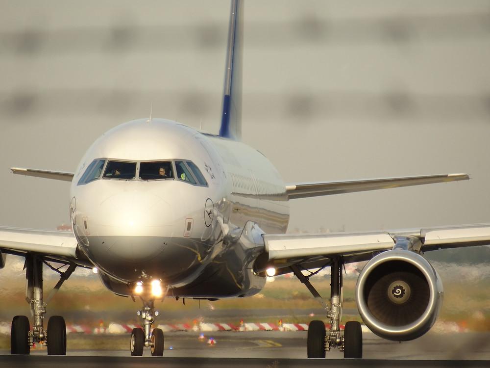 Lufthansa bedient die Strecke von Frankfurt zum Ben Gurion Airport Tel Aviv mit Airbus Airbus  A321. Gab es in der Vergangenheit einen täglichen Flug mit dem Jumbojet B747 oder dem Großraumflieger Airbus A340, so sind es heute im Regelfall je nach Saison drei tägliche Flüge von Lufthansa von der Mainmetropolle zur weißen Stadt am Mittelmeer.