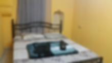 In der Altstadt, direkt innerhalb des Jaffa-Tors, bietet das Petra Hostel preiswerte Unterkünfte, eine Gemeinschaftsküche und eine Dachterrasse mit Panoramablick über Jerusalem. WLAN ist in den öffentlichen Bereichen verfügbar.    Das Hostel Petra verfügt sowohl über Privat- als auch Schlafsäle. Hier finden Sie auch eine TV-Lounge, einen Internetpoint und kostenlose Safes. Ein Wäscheservice ist ebenfalls verfügbar.    Das Hostel befindet sich 100 m vom Davidsturm entfernt und ist über die Autobahn 60 gut verbunden.     Wir hatten ein privates Dreibettzimmer mit Bad. Ich war dort 4 Nächte zufrieden. Der Besitzer war nett.    Sicherlich ein atypisches Hostel in der Altstadt für Gäste, die die besondere Stimmung der Altstadt lieben. Einfach eingerichtet, mit sehr unterschiedlichen Bewertungen.  Eine spartanische Schlafstätte gibt es ab 19 Eurodie Nacht.