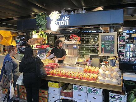 Der Sarona Market in Tel Aviv ist ein kulinarisches Paradies, das die internationale Küche auf der einen Seite und die lokalen Spezialitäten auf der anderen seite in eine kulinarisches Gemälde vereint.