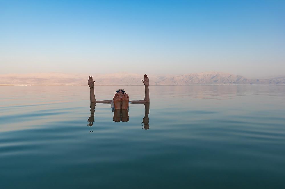 Das Tote Meer liegt über 400 Meter unter dem Meeresspiegel und ist damit der tiefste Punkt der Erde. Auf einem Felsmassiv, hoch über dem Toten Meer, liegt die einstige Festung Massada, das letzte Bollwerk der jüdischen Rebellion gegen die Römer.