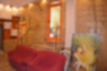 """Das Palm Hostel Jerusalem liegt weniger als 100 m vom Damaskustor entfernt, einem der berühmtesten Eingänge in die Altstadt Jerusalems. Es bietet kostenfreies WLAN. Die Grabeskirche, der Felsendom und die Klagemauer sind nur einen kurzen Spaziergang entfernt.    Das Palm verfügt über Zimmer mit eigenem Bad, Schlafsäle und eine klimatisierte Lobby mit einem TV-Bereich. Im hauseigenen Café erhalten Sie kostenlosen Tee, Kaffee und kaltes Wasser.  Das Hostel Palm liegt in der Nähe des Ostbusbahnhofs von Jerusalem und des Busbahnhofs von Bethlehem.    Das Haupteinkaufsviertel ist nur wenige Schritte entfernt.  Laut unabhängiger Bewertungen ist dies der beliebteste Teil Jerusalems für unsere Gäste.    Das meint ein Besucher: """"Ich habe insgesamt sechsNächte hier verbracht. Die Lage ist fantastisch und schaut direkt auf das Damaskustor. Es war voll von sehr interessanten Leuten. Die Angestellten sind sehr kontaktfreudig und haben einen ungewöhnlichen Sinn für Humor. Es hat eine sehr gesell"""