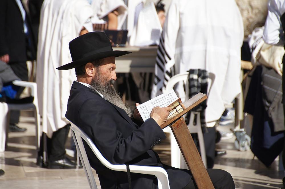 In seiner tausendjährigen Geschichte hat Jerusalem, ein Ort, der für drei Hauptreligionen - Judentum, Christentum und Islam - von großer Bedeutung ist, unzählige Eroberungen und Zerstörungen, Triumphe und Katastrophen erlebt.