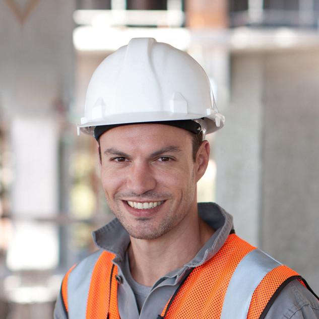 Arbeiter mit weißen Helm