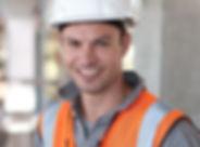 Travailleur avec casque blanc