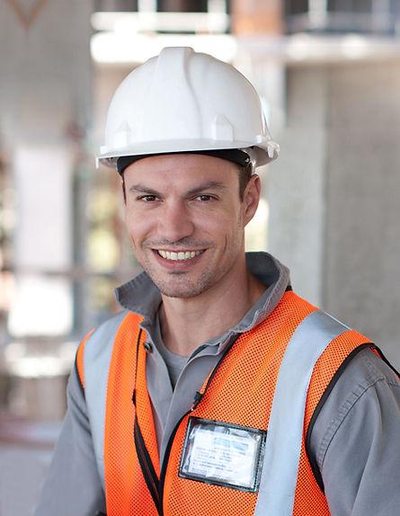 Trabajador con el casco blanco