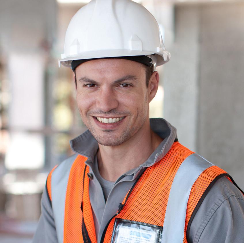 Trabalhador com capacete branco