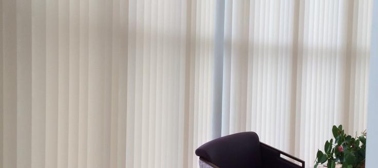 stores à bandes verticales