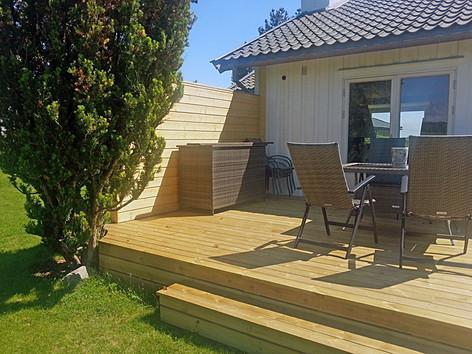 Terrasse med levegg og trapp