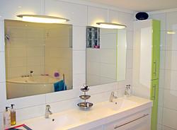 Bad med lyse fliser og dobbel vask