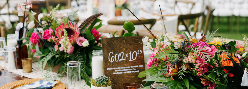 Round centerpieces in square wooden boxes