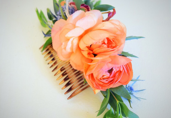 Hair comb with ranunculus